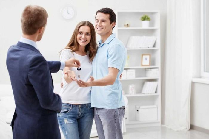 Клиент выбирает квартиры с отделкой
